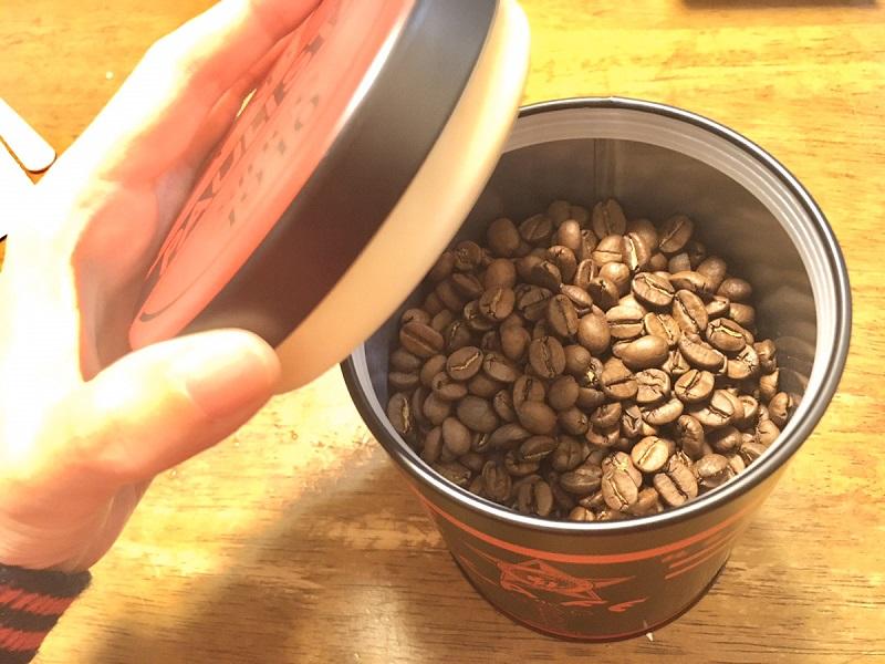 森のコーヒーを付属の缶に入れた様子