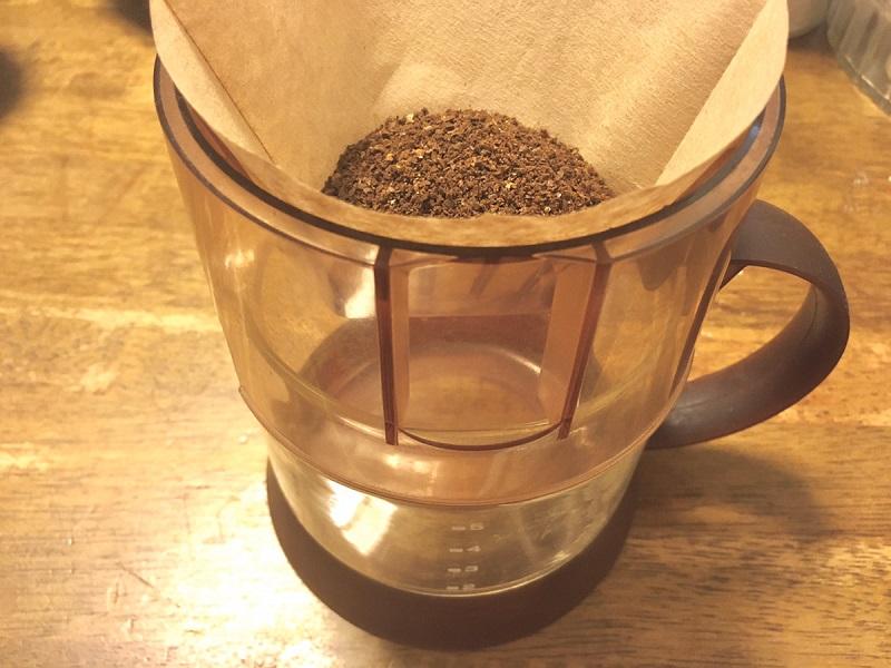 森のコーヒーを挽いてドリッパーにセットした様子